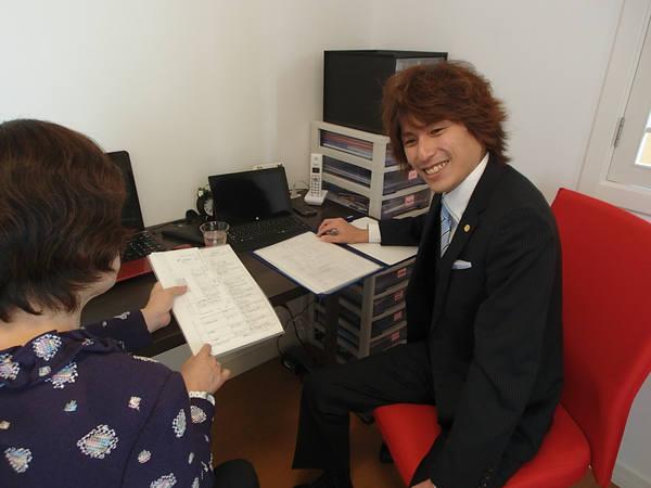 事務所で相談を受ける代表